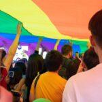 LGBT duża flaga ludzie