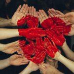 wolontariat dłonie serce
